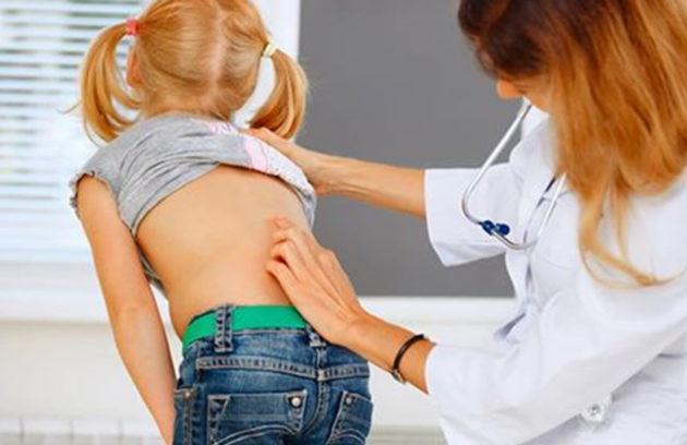 Badanie wad postawy u dzieci jest bardzo ważne, aby kręgosłup mógł się rozwijać właściwie.