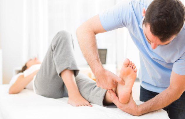 Najczęstszym objawem skręcenia stawu skokowego jest ból w okolicach kostki