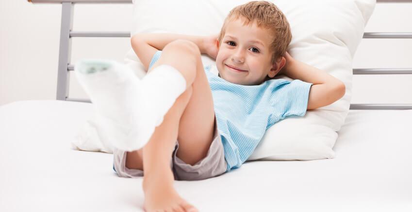 Leczenie złamania kości śródstopia odbywa się poprzez unieruchomienie kończyny.